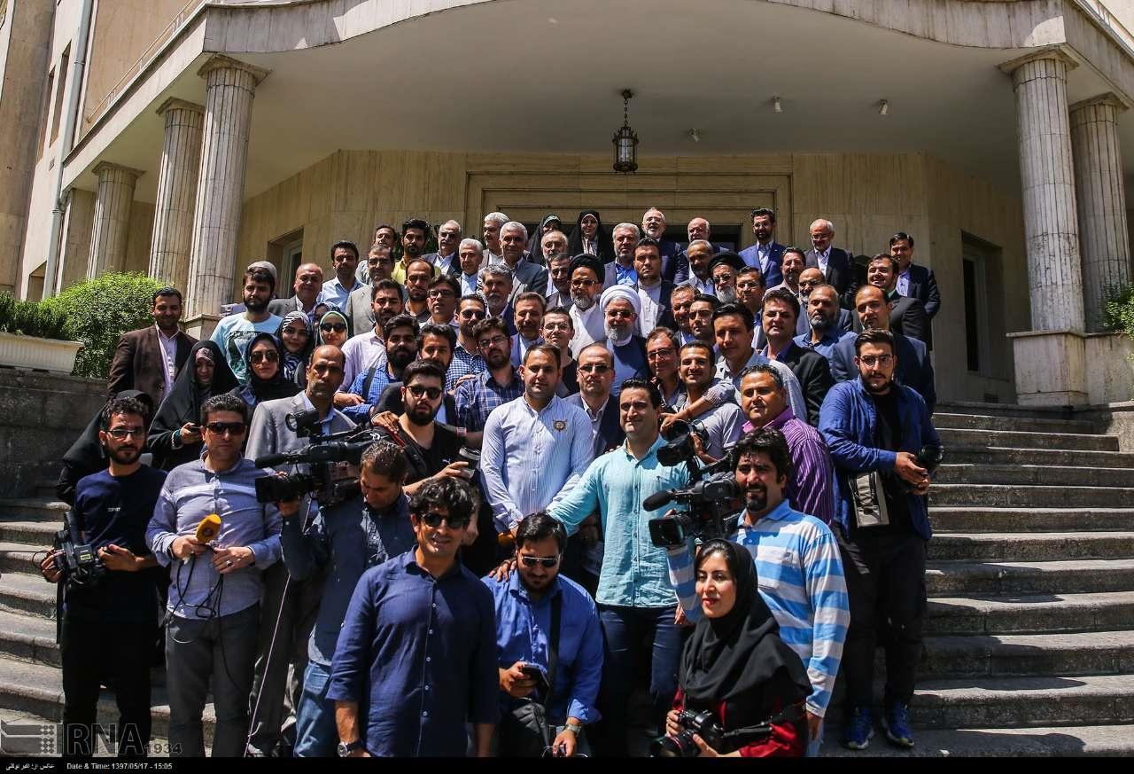عکس یادگاری رئیس جمهور با خبرنگاران در روز خبرنگار