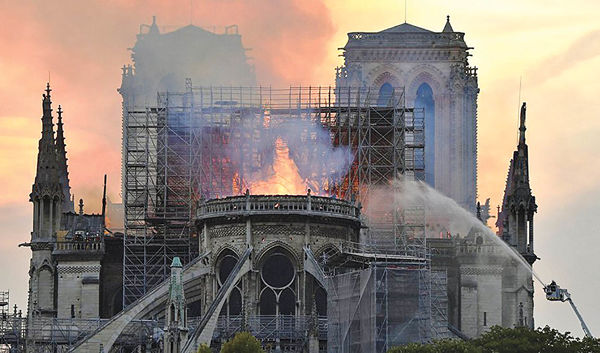 آتش در نوتردام