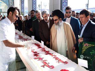 توزیع کیک ۷۰ متری در حرم حضرت زینب