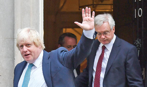 سونامی استعفا در بریتانیا