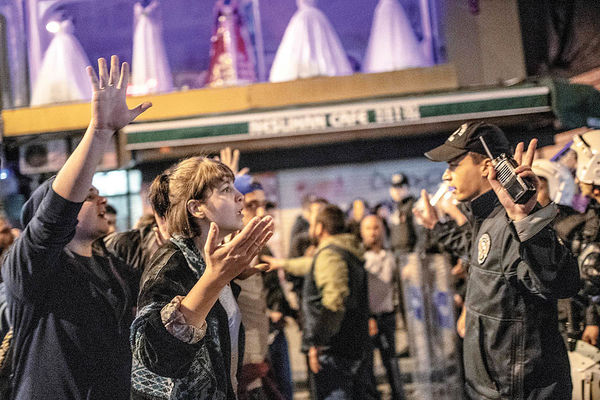 اردوغان بازی را به هم زد مخالفان به خیابان آمدند