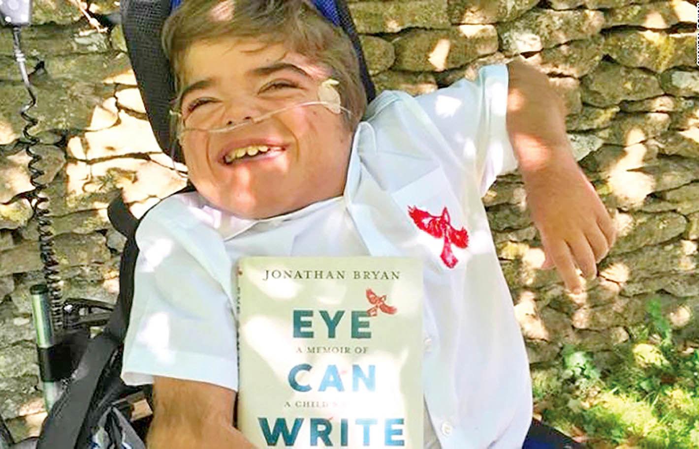 پسر 12 ساله با چشمانش کتاب نوشت
