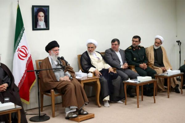 رهبر انقلاب: جریانی بهدنبال فراموش شدن نمادهای انقلاب است، باید در مقابلشان ایستاد