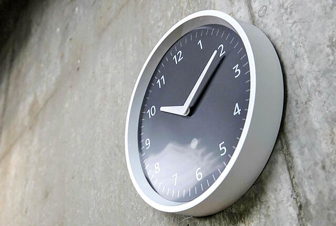 به ساعت دیواری بگویید بیدارتان کند